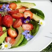 Jahodový salát se špenátem, avokádem a medovinou