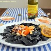 Černé těstoviny s olihní a krevetami