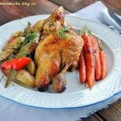 Kukuřičné kuřátko s pečenou zeleninou a glazovanou mrkvičkou