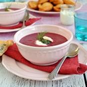 Krémová polévka z červené řepy s koprovým pestem a pirožky