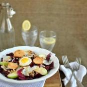 Salát z čekanky s jablky, krutony a křepelčím vejcem