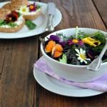 Salát s jedlými květy...