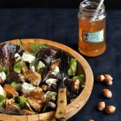 Salát s modrým sýrem, chlebem a jablečným želé