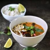 Thajské červené karí s lilkem a cukrovým hráškem