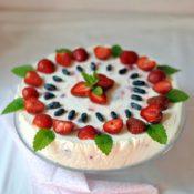 Jogurtový dort s jahodami a borůvkami