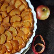 Obrácený jablkový koláč se slaným karamelem