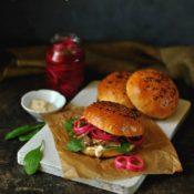 Burger s kachním masem, nakládanou cibulí a uzenou majonézou